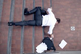 wypadki-w-miejscu-publicznym-potkniecie-upadek-ze-schodow